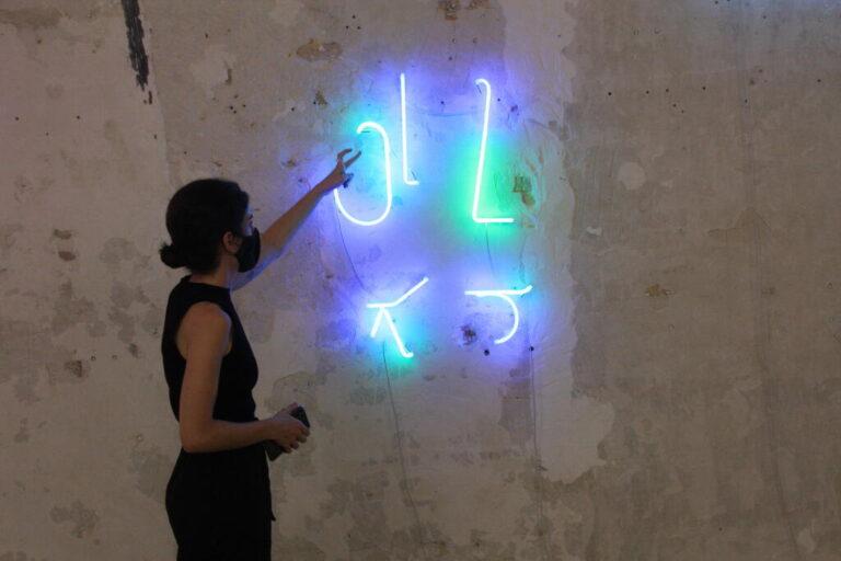 Explicació a la Galeria Bombon dins del Festival Barcelona Gallery Weekend de la serie 'Redundancy', on Karlos Gil treballa amb fragments de neó recuperats d'antics lletrers publicitaris. 14 de setembre de 2021. Horitzontal. - setena edició - exposicions - Barcelona Gallery Weekend - galeries - cita professional - art